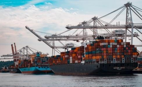 ocean freight unloading at port